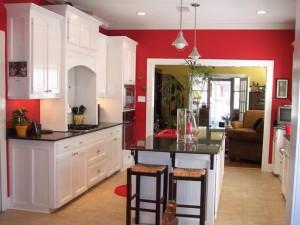 cucina con pareti dipinte di contrasto