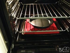 teglia nel forno con tappetino colorato